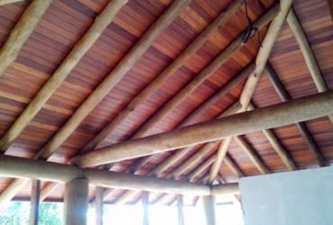 Telhados de madeira roliça tratada